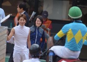 【競馬】 初重賞で大健闘した野中騎手を笑顔で出迎えるチーム根本www
