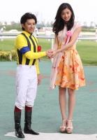 【競馬】 中京記念のプレゼンター朝比奈彩さんと握手する福永wwww