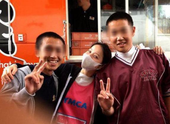 佐々木希(28)、熊本の益城町総合体育館に現れてスッピンで牛丼を配る(画像) … 写真撮影にも快く応じ、笑顔で現地の人を励ます