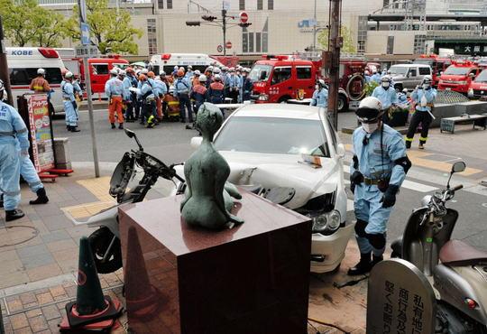 JR三ノ宮駅前で車暴走