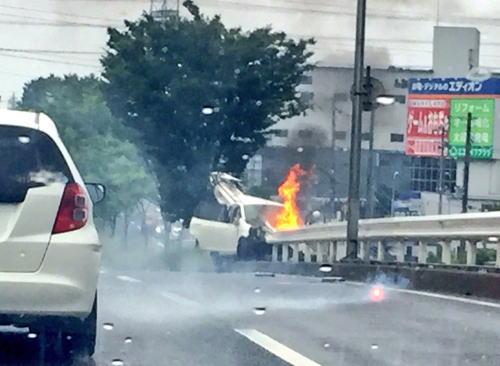 中国自動車道宝塚インターすぐ近く(三田方面)で交通事故。車をガードレールが貫き炎上