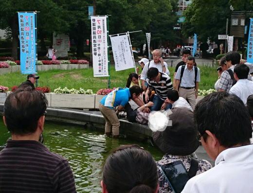 青山繁晴氏、演説中に噴水に落ち、溺れかける男性発見 → ずぶ濡れになり救出。救急車要請