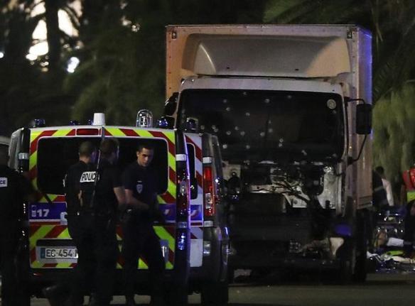 仏で花火見物客に車突っ込む 60人以上死亡か