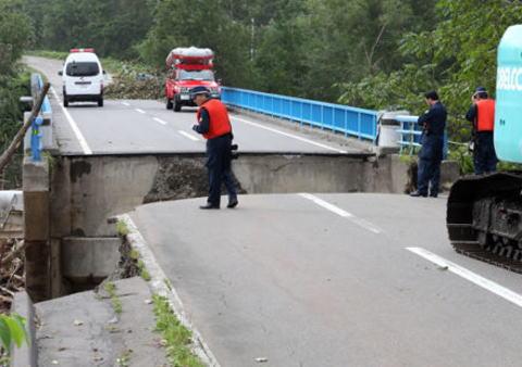 台風10号、橋が崩落した現場で必死の「止まってくれ―」が届かず、車3台転落