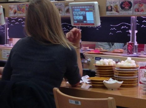 回転寿司「シャリ残す」女性が増殖中 「糖質制限中だから」は許されるのか?