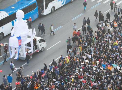 韓国 朴槿恵退陣デモに巨大慰安婦像が出現