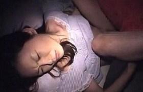 下宿中の10代の女子大生が夜這いレ〇プされ静かに身悶え絶頂・・・