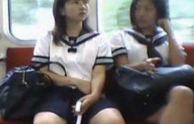【パンチラ隠し撮り】危険人物の尾行映像流出w可愛すぎJKを電車で発見すると堪えきれずに執念のパンティ激写。