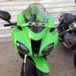Moto verde con las gafas de visión 3T, Publicidad y Diseño desde otro punto de vista