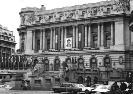 Casa Centrala a Armatei cu portretul conducatorului iubit.