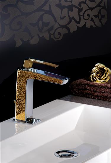 Luce dorata per il bagno con rubinetterie fratelli - Luce per bagno ...