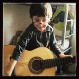 Loulou à la guitare