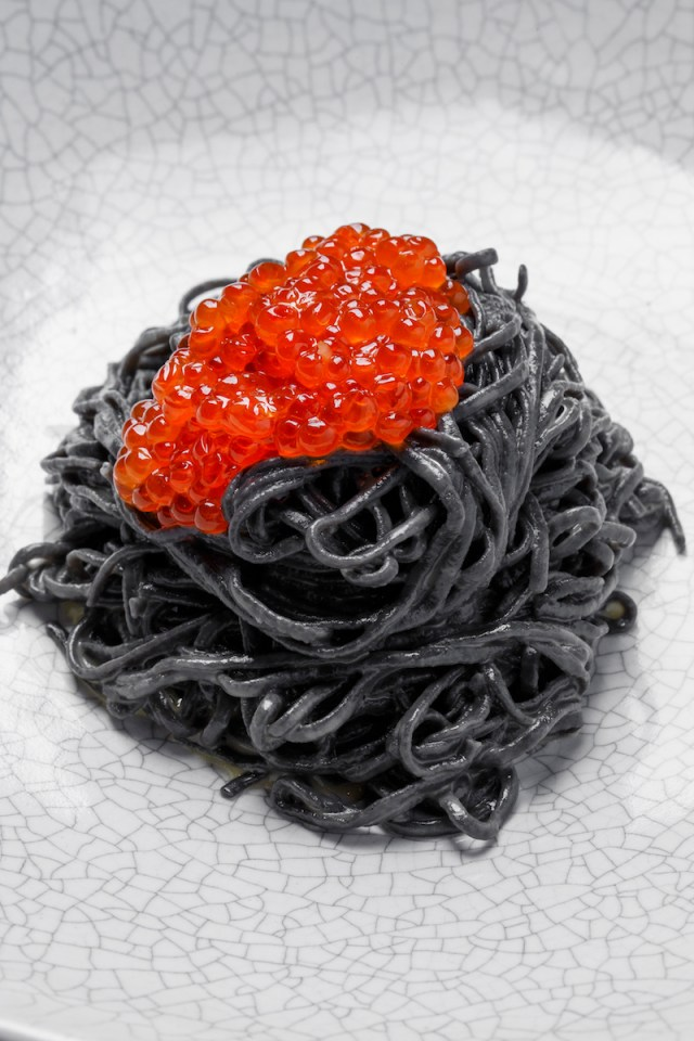 Tagliolini al Nero di Seppia mit rotem Kaviar
