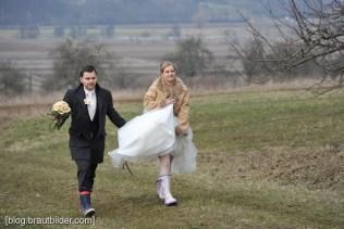 Hochzeitsfotos bei schlechtem Wetter - Gummistiefel der Retter für das Brautpaar