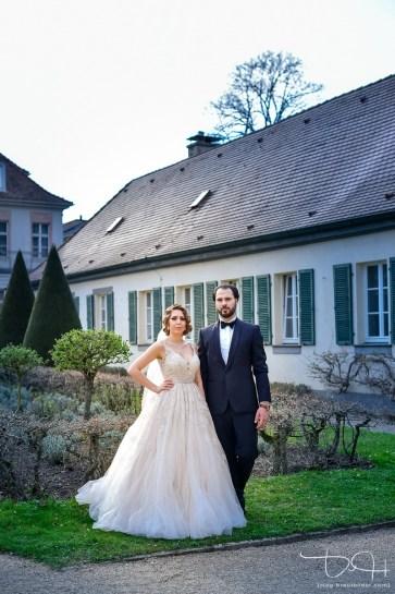 Außergewoehnliches, Modernes Brautschooting mit dem Hochzeitsfotografen im Garten der Orangerie Ansbach.