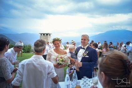 Prost hoch oben! Euer Hochzeitsfotograf in der Agriturismo Maso Carpene in Italien am Gardasee.