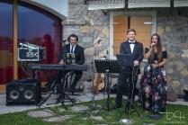 Die Hochzeitsfeier wurde durch Livemusik begleitet. Der Hochzeitsfotograf macht die Bilder.