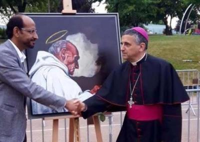 Un peintre tourangeau offre le portait du père Jacques Hamel au pseudo-archevêque.