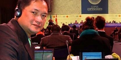 Antonio La Viña, Dekan Sekolah Pemerintahan, Universitas Ateneo de Manila dan ketua negosiasi REDD pada UNFCCC COP, sebagai delegasi Filipina pada konferensi UNFCCC COP 15. Foto oleh http://ecohope.blogspot.com