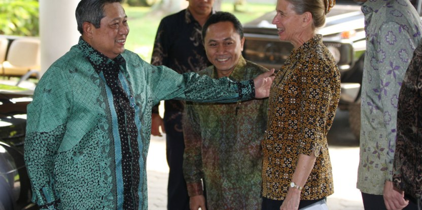 Center for International Forestry Research director general Frances Seymour (right) greets Indonesian President Yudhoyono at the CIFOR campus on Wednesday 13 June. (Photo:Dita Alangkara)