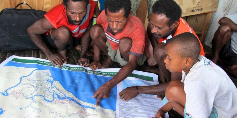 Penduduk Mamberamo di Papua mendukung konservasi, tetapi juga menginginkan proyek-proyek layanan lingkungan hidup dan pembangunan; sekarang mereka terlibat dalam perencanaan tata guna lahan. Mokhamad Edliadi (CIFOR)
