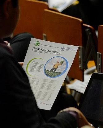 Para pembuat kebijakan perlu mengembangkan sebuah kerangka kerja untuk memastikan bahwa upaya konservasi hutan tidak merugikan masyarakat lokal dan mereka berhak menerima insentif bantuan dari negara maju atas kegiatan pengurangan emisi karbon. Neil Palmer (IMWI)