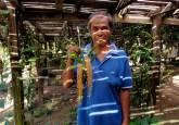 Seorang warga menunjukkan budi daya anggrek (Liparis lacerata (Rindl)) di desa Pelaik. Spesies yang umumnya sulit tumbuh ini, berkembang subur di wilayah Taman Nasional Danau Sentarum, Kabupaten Kapuas Hulu, Kalimantan Barat, Indonesia.  Yves Laumonier/CIFOR