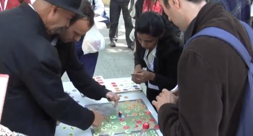 Un grupo de jugadores prueba su suerte en un juego de mesa diseñado para ayudar a entender la dinámica de uso del suelo. Fotografía de CIFOR.