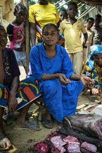 Jeanne Mwakembe menjual daging hewan liar di pasar Lukolela, Republik Demokratik Kongo. Daging dari binatang terinfeksi menjadi sumber umum wabah Ebola di waktu lalu. (CIFOR photo