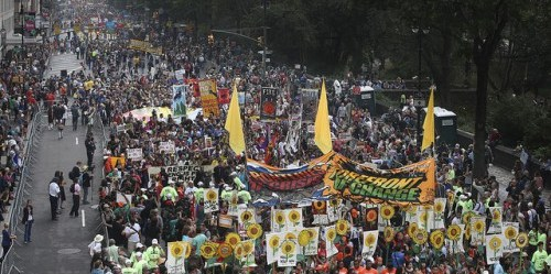 Kerumunan dari kurang lebih 400.000 orang berbaris di New York menuntut tindakan terhadap perubahan iklim, mendahului Pertemuan Puncak Iklim PBB. Acara pertemuan puncak tersebut dikhususkan pada delapan bidang tindakan termasuk hutan, pertanian dan lainnya. Foto oleh John Minchillo