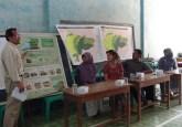 El investigador de CIFOR Yuli Nugroho explica el proyecto de PMRV durante una reunión comunitaria en Java Central, Indonesia. Fotografía de Yudha Nugroho / CIFOR.