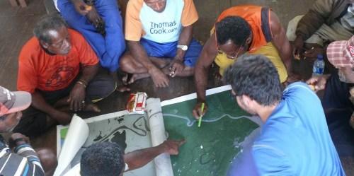 Pemetaan partisipatoris di Papua, ilmuwan bekerja dengan penduduk mengidentifikasi jenis tutupan lahan dari citra satelit di wilayah mereka. Michael Padmanaba/Foto CIFOR