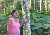 Mujer agricultora de Bolognesi, Ucayali, Perú, que diseñó una plantación forestal integrando la producción de madera con frutas y verduras. Foto: Robin Sears/CIFOR.