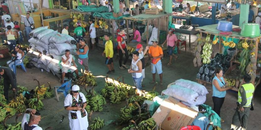 Mercado de Leticia, Colombia. El comercio clandestino de carne de monte a baja escala ayuda a los medios de vida de las poblaciones indígenas.