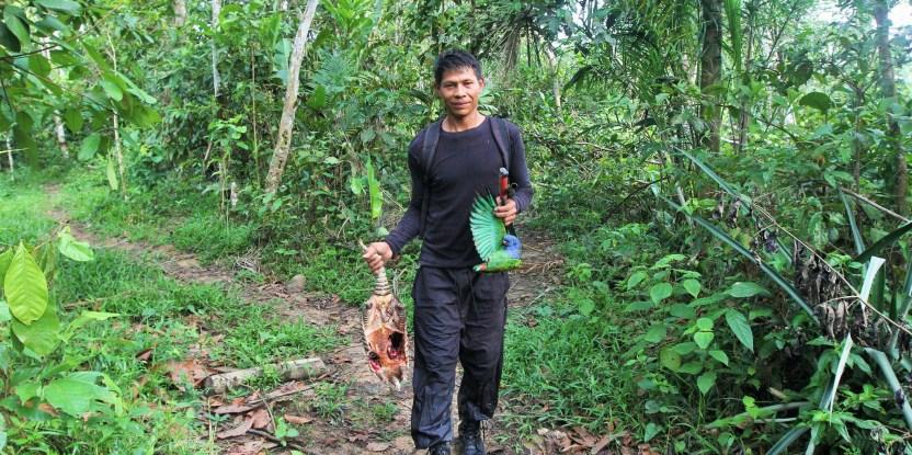 Diomedes Silva regresa con la caza del día.