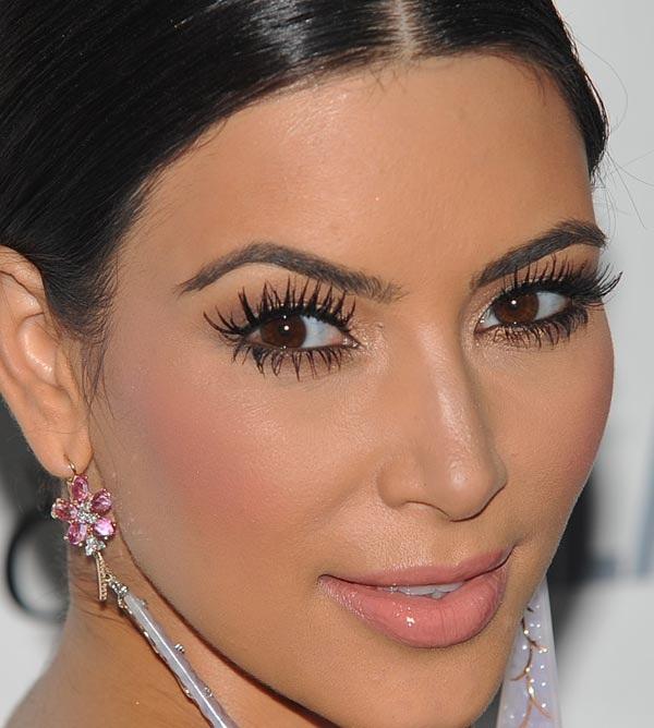 verso l'infinito e OLTRE! Kim Kardashian sfoggia sempre delle ciglia lunghissime dall'aspetto piuttosto naturale... ma dalla provenienza dubbia! Pare siano extensions permanenti di visone! :O
