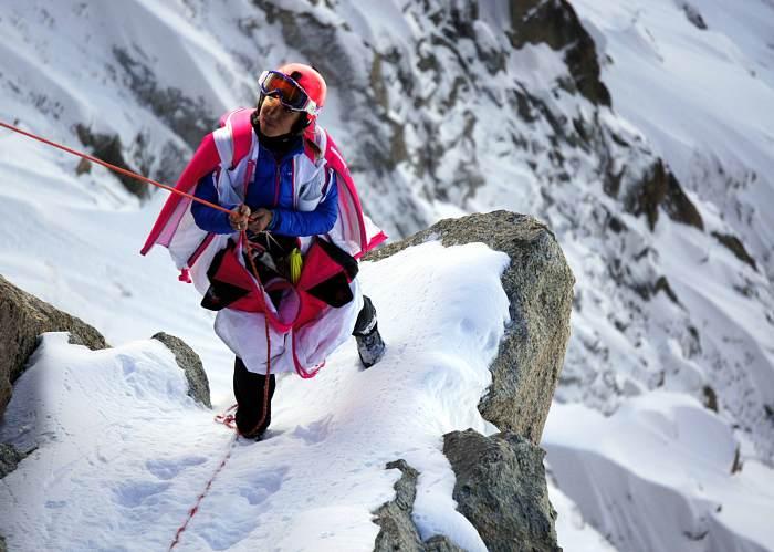 Géraldine Fasnacht climbing up a mountain