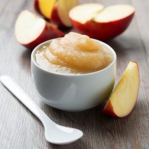 Augeschnittener Apfel, Apfelmus und Löffel