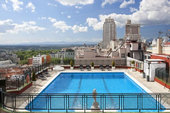 Vista general de piscina Hotel Emperador