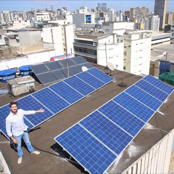 No alto do meu prédio com os paineis de energia solar e de aquecimento de água (crédito: Bruno Vereza, com seu drone da AeroFilms)