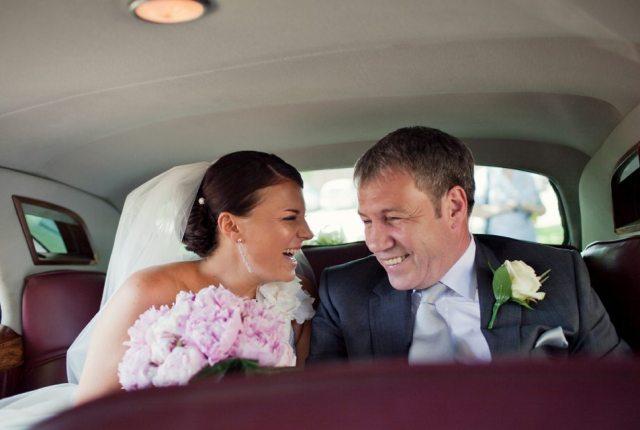 mariée et son papa voiture