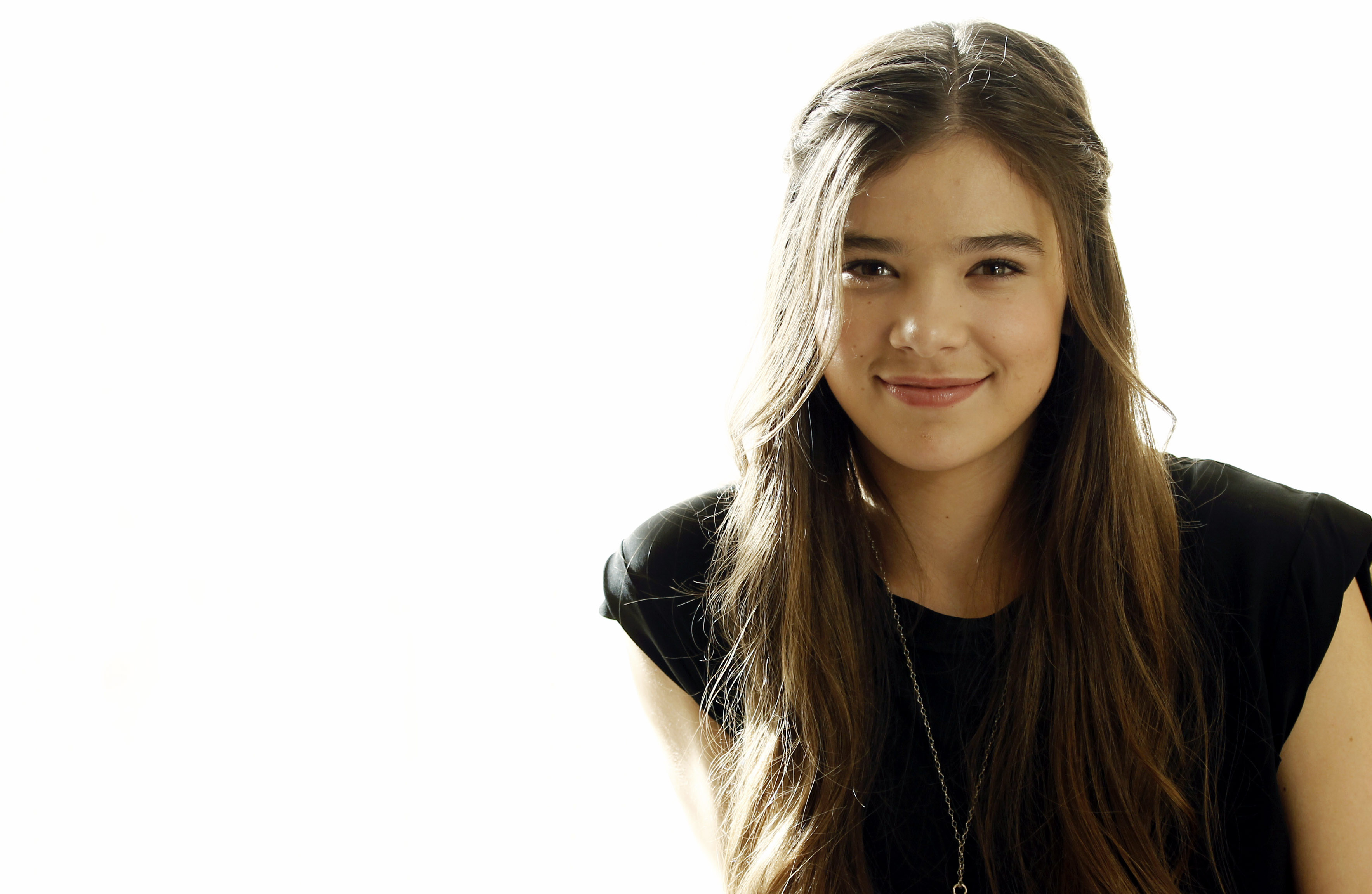 Cute Girl Wallpaper With Smile 9 Hd Hailee Steinfeld Wallpapers Hdwallsource Com