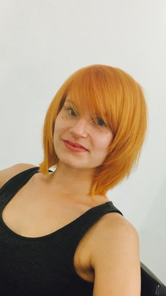 Dein Friseur in Esslingen sorgt für eine knallige Haarfarbe, mit der Du definitiv auffällst.