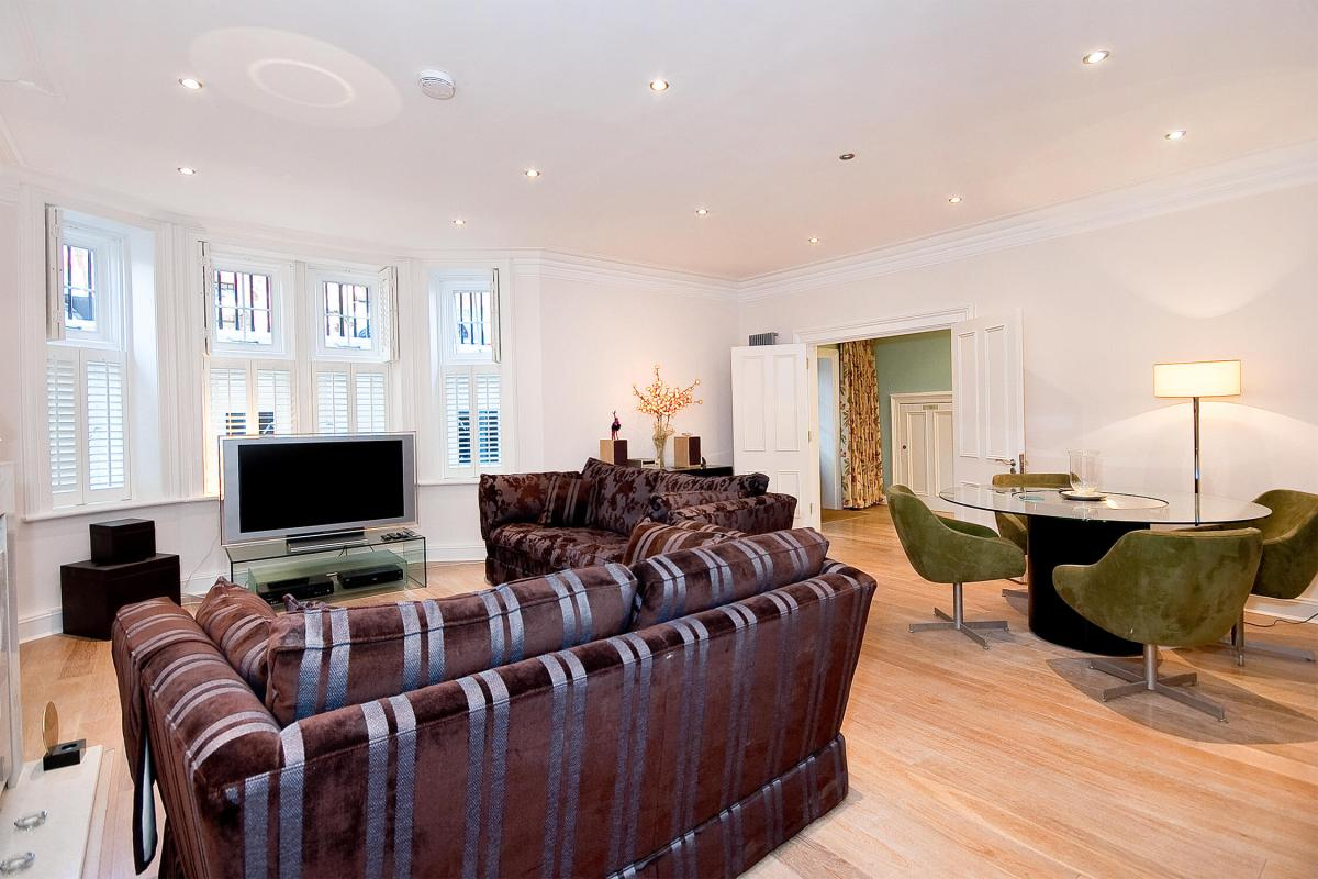 Two bedroom apartment in Bloomsbury's Premier portered mansion block, WC1