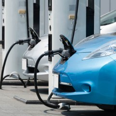 La DGT identifica con una pegatina a los vehículos eléctricos para fomentar su reconocimiento