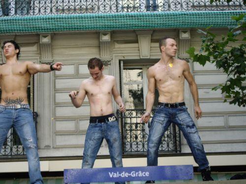 Beaux mecs sur un Abribus à la Gay Pride 2008
