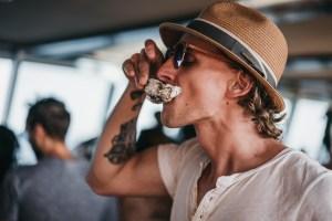 Yuni Herremans tasting Ruben Patoors cocktail