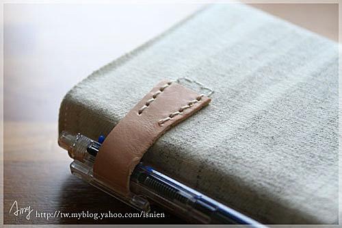 不管怎樣,筆跟筆記本一定要在一起,有別於niizo筆記本把筆放在封面,這次我讓我的筆放在側面,用雙針縫固定就好。