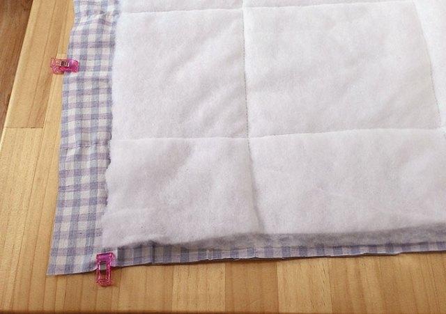 接著用夾子或珠針把兩塊表布夾好,四邊車縫,縫份1cm,留返口15cm。