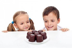 copii-mancand-dulciuri